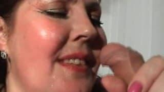 Une grosse femme se rentre une bouteille